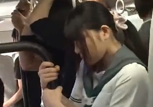 下校中のバス内で痴漢に媚薬を塗り込まれお持ち帰りレイプされる美少女JK