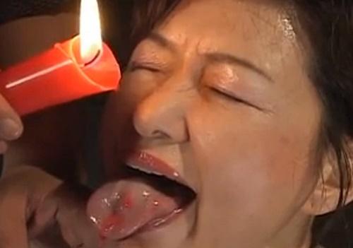 【SM調教動画】艶めかしい喘ぎ方をする熟女奴隷が舌にローソクを垂らされ苦悶の表情を浮かべる