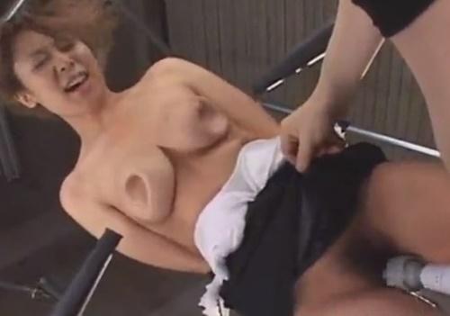 アナルフックで固定した女にブロワーで風を吹きかけバフ掛け洗体拷問からの電流責め強制アクメフルコース拷問