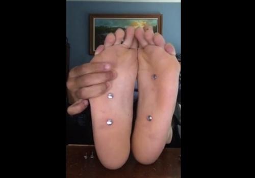 【閲覧注意】自分の足の裏に押しピン刺していく自撮り動画を公開してる女がいるんだが・・・
