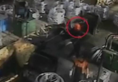 【グロ】工場の機械に首ちょんぱされ死亡した作業員。その様子を防犯カメラの映像でご覧ください・・※閲覧注意