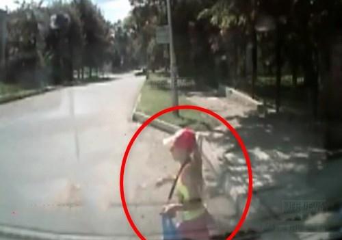 【衝撃映像】左右を確認せず車道に飛び出してしまった小学生女児、とんでもない目に遭ってしまう・・・