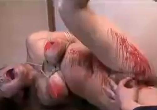 【拷問】鞭打ちで痛めつけたメス奴隷のくぱぁしたおマンコにローソクを垂らしまくってみた