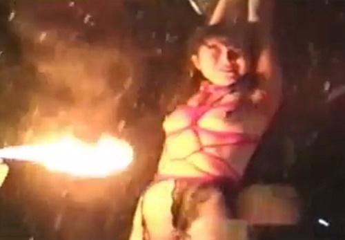 【閲覧注意】氷点下の中全裸で宙吊りにしたメス奴隷を火で炙る残虐拷問動画