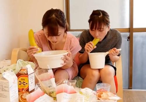 もらいゲロには要注意!普通の女の子たちが食べた物を全てリバースする嘔吐動画