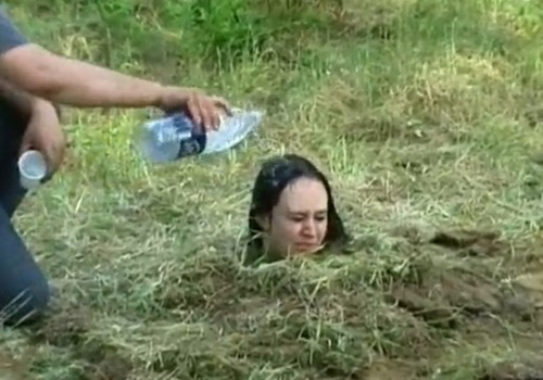 【拷問動画】生き埋めにした女に水掛けたら芽が出るか試してみたったwww