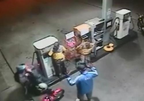 【衝撃映像】ガソリンスタンドで人質を取った強盗犯の男、店員にヘッドショットで返り討ちにされる(防犯カメラの映像)