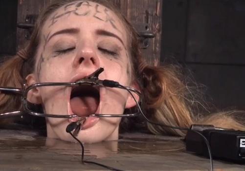 【閲覧注意】この拷問がもはやホラーレベル・・ドラム缶に閉じ込めた女の歯の矯正器具に電流を流す鬼畜プレイ・・・
