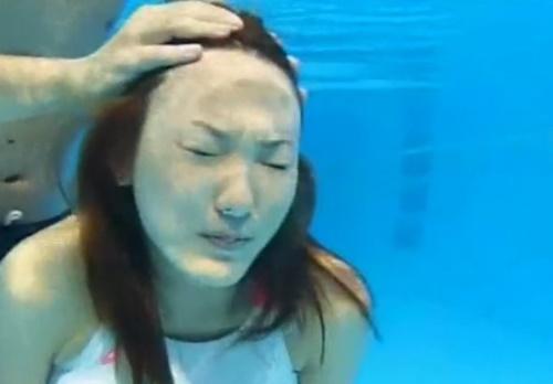 【動画】プールに沈めたオンナの頭を押さえつける窒息プレイが危険すぎる