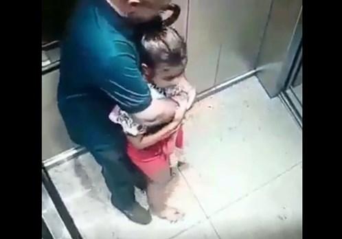 エレベーターの防犯カメラに映った幼女がロリコン親父に痴漢行為を受ける瞬間・・気持ち悪すぎるだろ・・・