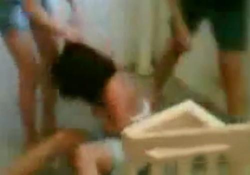 【閲覧注意】いじめられっ子JKさん、同級生にフルボッコされた挙句服を剥ぎ取られてしまい全裸に