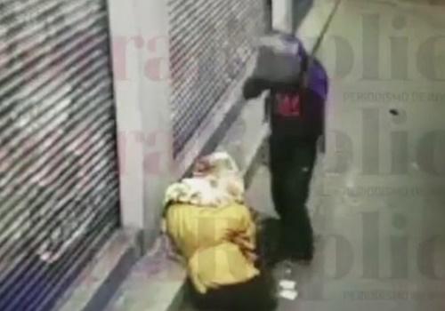 【閲覧注意】寝ているホームレスの頭をブロックでグシャア!殺人の一部始終を防犯カメラが撮影