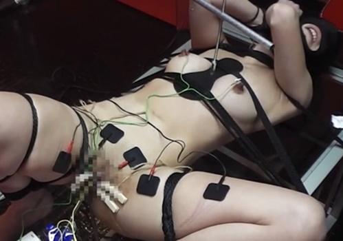 【拷問】乳首とクリトリスを針で貫通させられたパイパンメス奴隷が電流責めでぶっ壊れアクメ