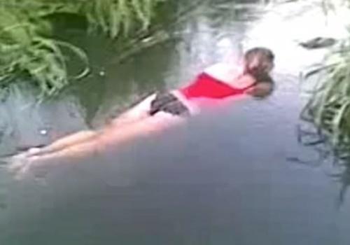 泥酔→川でこけて頭を強打→そのままパンツ丸出しで溺死してしまった女の子がこちら