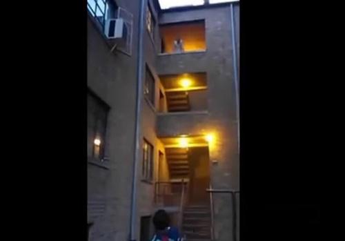 【衝撃映像】麻薬中毒患者の男、見えない敵と戦うためマンションから飛び降りて死亡・・・