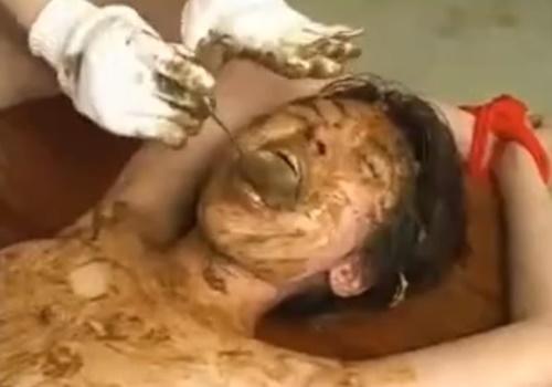 【閲覧注意】顔面に脱糞したうんこを無理やり食べさせ口に小便を注ぎ込むスカトロレズイジメが直視できないレベルでエグい