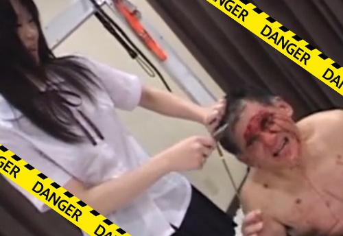 【閲覧注意】マジかよ・・女子高生に顔面カッターで切り刻まれてるおじさんがいるんだが・・・