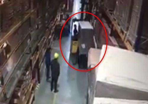 【衝撃映像】工場作業員、フォークリフトの操作を誤ってしまった結果・・・