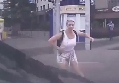 【衝撃】交差点を走行中の車が女の子を跳ね飛ばす人身事故のドラレコ映像が恐すぎる!