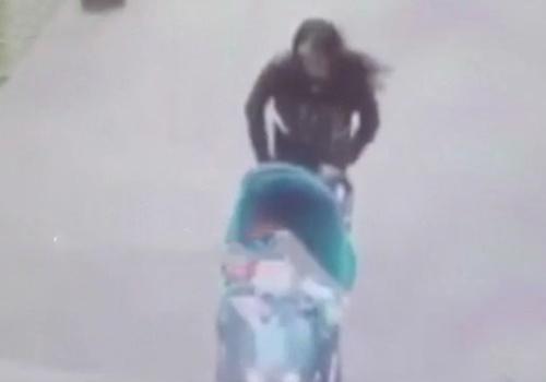 """【閲覧注意】ベビーカーを押している若妻さん、頭の上から""""ありえない物""""が降ってきて死亡・・・"""