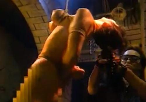 """【拷問】「死ぬ......」バイブを突っ込まれたまま""""乳""""で宙吊りにされるメス奴隷"""