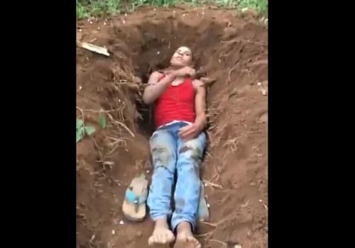 【超閲覧注意】自分で墓を掘る⇒斬首される⇒そのまま埋められる男性がこちら・・・