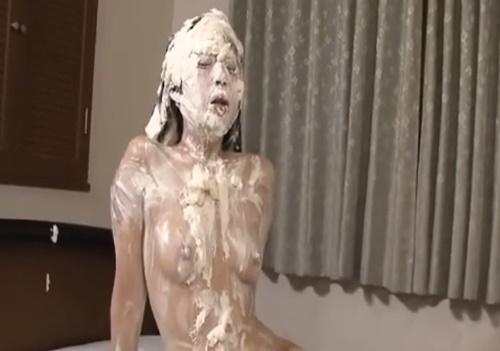 【メッシー】全身生クリームまみれでのセックスを強要される女の子