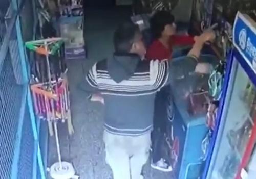 女性店員へのガチ痴漢行為。キモすぎてドン引きwwww