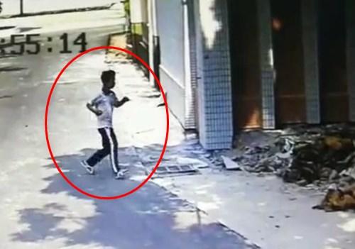 【衝撃】建物に走っていった男性、まさかのワープ