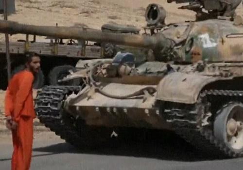 【超閲覧注意】海外テロリスト、戦車を使った処刑動画をネットに晒し上げ・・・