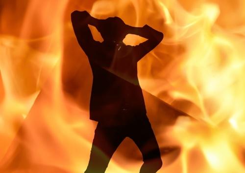 【閲覧注意】焼身自殺を試みた男、後悔しながら焼け死ぬ・・・