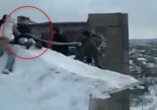 【おそロシア】高層マンションの屋根の上で怖すぎる遊びをするキッズがこちら・・・
