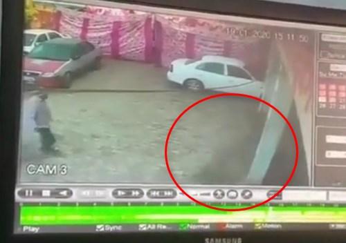 """【恐怖】監視カメラに映った""""黒い影""""に取り殺される男性・・・"""