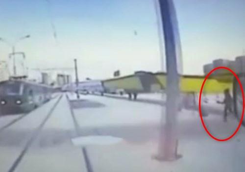 ノールックで線路に飛び込んできた子供、電車を止めてしまう・・・