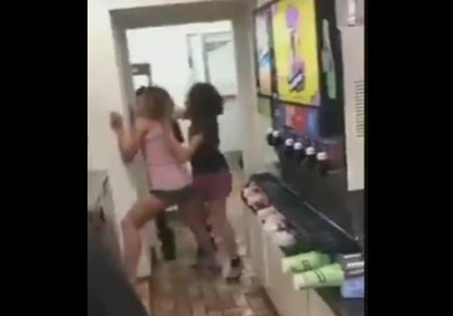激昂した下着姿の白人女性、黒人カップルにボコられるwww