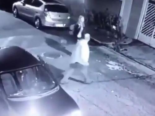 【衝撃映像】夜道の痴漢、学校帰りの女子高生に襲いかかろうとした結果・・・