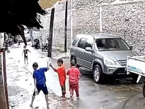 【衝撃映像】雨の中の子供達「ワイワイ」乗用車の運転手「多分イケるやろ・・・」→ やばいことになる・・・