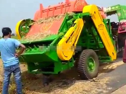 """【閲覧注意】大型の農業用機械、穀物と一緒に """"コレ"""" を巻き込んでしまう・・・"""
