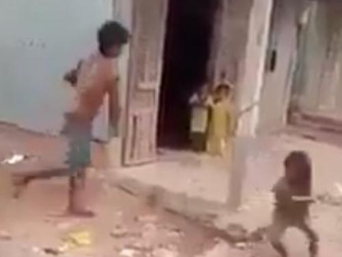 【閲覧注意】隣の家で幼女がとんでもない虐待を受けてるんだが、これマジでやばくないか・・(動画)