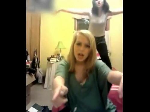 【動画】楽しそうにダンスする若い女の子、この7秒後に血まみれになるなんて思わないよな・・・