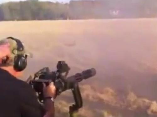 【衝撃】秒間100発の鉄の玉が発射される銃で撃たれたイノシシ、跡形もなく消し飛ぶ・・ひでぇ・・・(動画あり)
