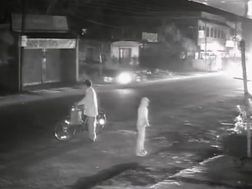 【閲覧注意】子供の目の前でトラックに轢き殺される父親。これはトラウマ確定だわ・・(動画)