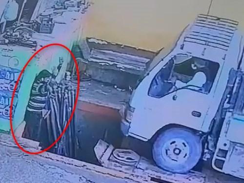 【閲覧注意】見るからに危険な場所でトラックを誘導しているこの整備士がこれからどうなるか・・・