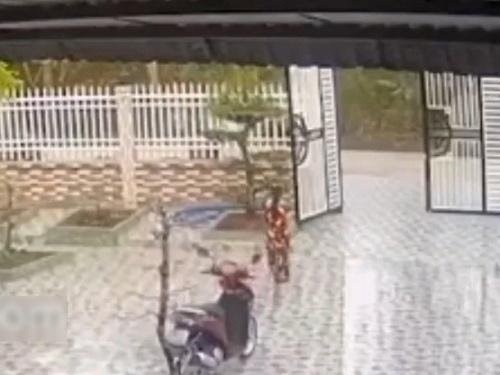【驚愕】自宅の門扉を閉めようとする女性、この後とんでもないことにwwww