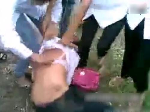 【ガチ映像】いじめられっ子女子高生、ボコボコにリンチされ脱がされる・・・