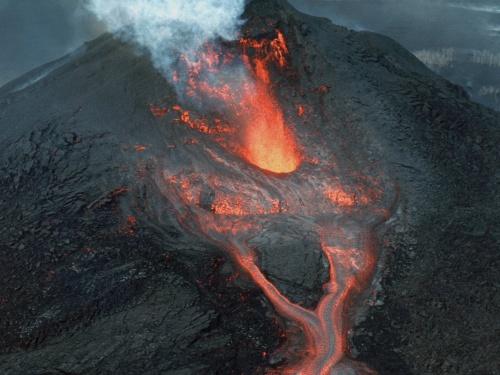 【衝撃】火山で1000℃のマグマを採取するこの仕事が怖すぎると話題に(動画あり)