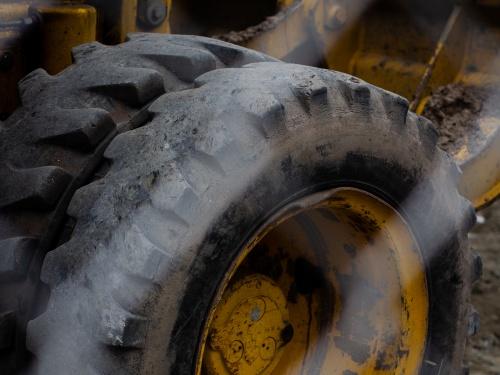 【閲覧注意】分厚いタイヤを粉々にするシュレッダーに飲み込まれた作業員がどうなるか・・(動画あり)