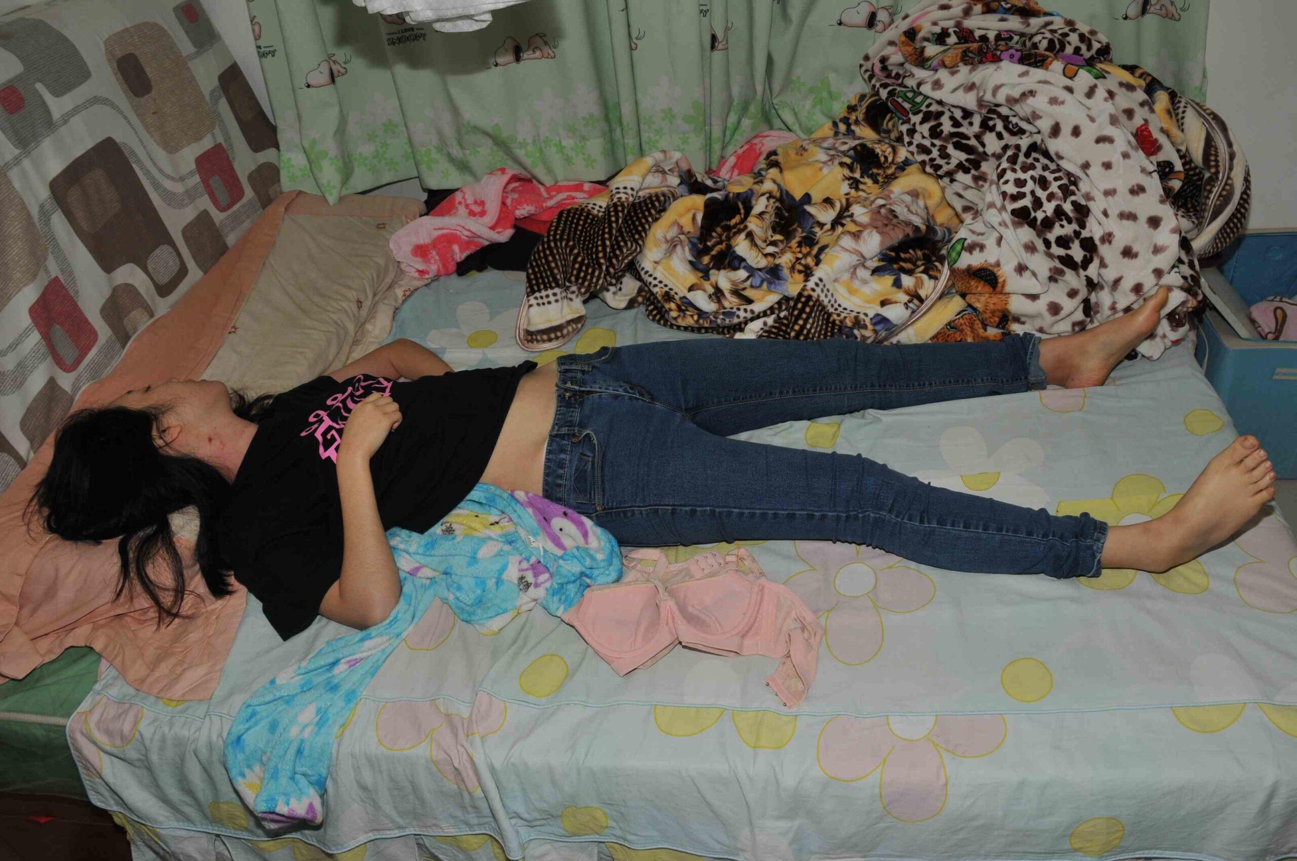 【閲覧注意】自殺した若い女の子、ベッドの上でおしっこを漏らした状態で発見される(画像6枚)