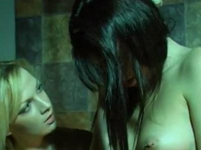 【動画】「し、死んでる...」美少女の首吊りレズSMプレイがいきすぎた結果・・・