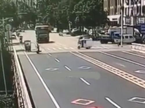 【驚愕】女性ドライバーさん、こんな大事故を起こしながらも気付かず立ち去る・・(動画)